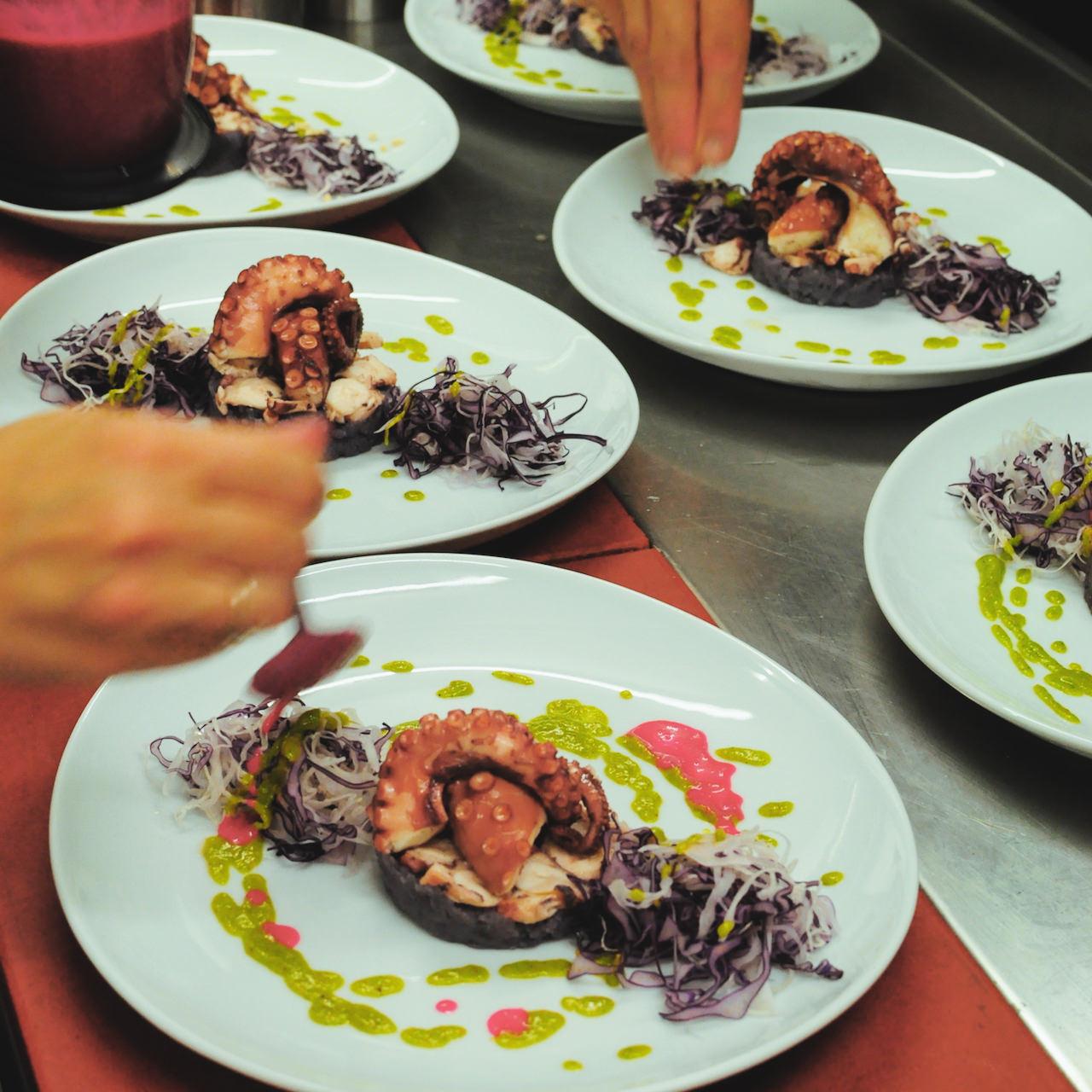 13-Polpo-con-patate-viola-insalatina-di-cavolo-cappuccio-e-salsa-verde